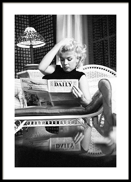 Marilyn Monroe Reading Poster in the group Prints / Iconic photos at Desenio AB (13584)
