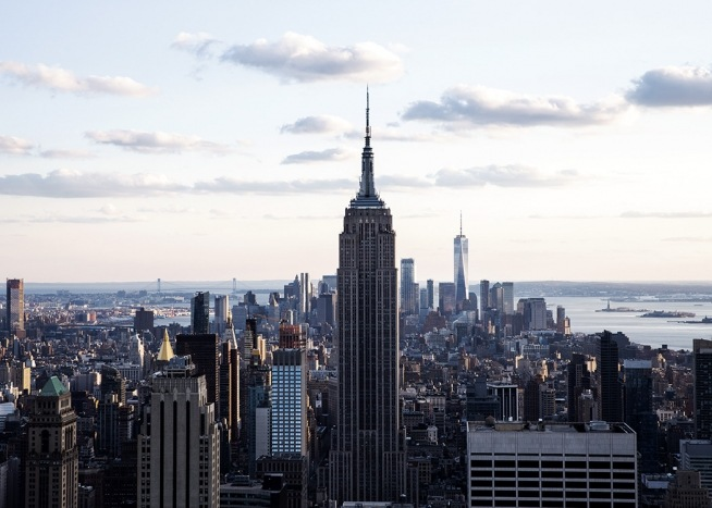 - Impressive poster showing the New York skyline with a direct view of the Empire State Building.