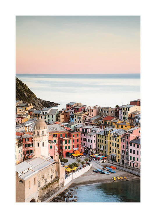 – Photograph from Vernazza with colourful houses next to the ocean