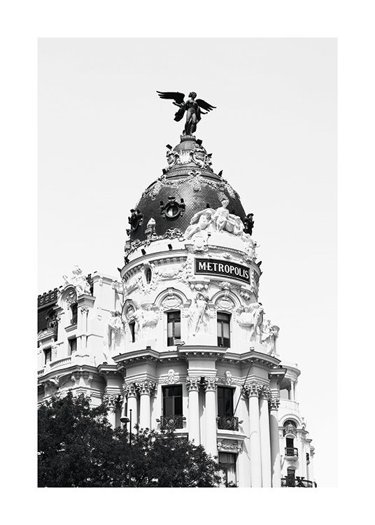 – Black and white photograph of the Metropolis building located in Madrid, Spain